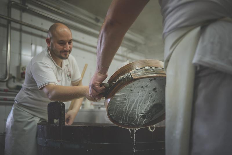 Gli strumenti per la preparazione della mozzarella di bufala campana
