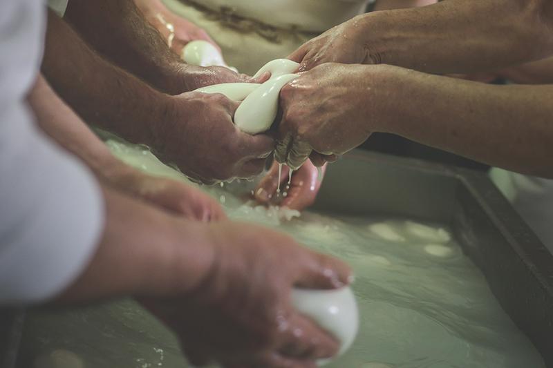 Formatura della mozzarella a mano